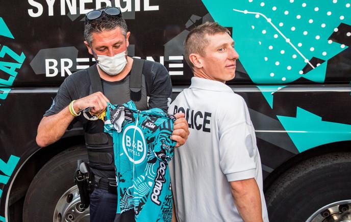 Cyril Gautier échange son maillot avec un policier
