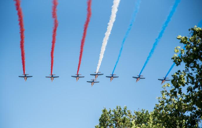 Survol des Champs-Élysées par la patrouille de France.