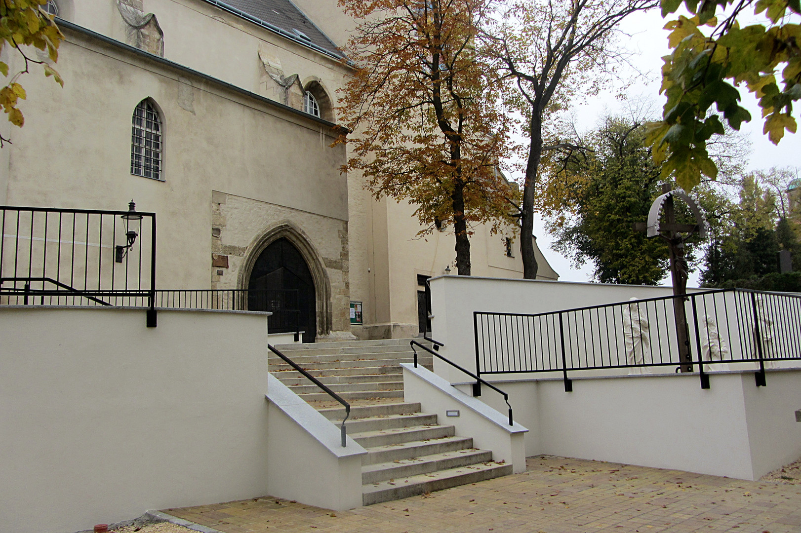 Kirchenvorplatz Mistelbach 01.JPG