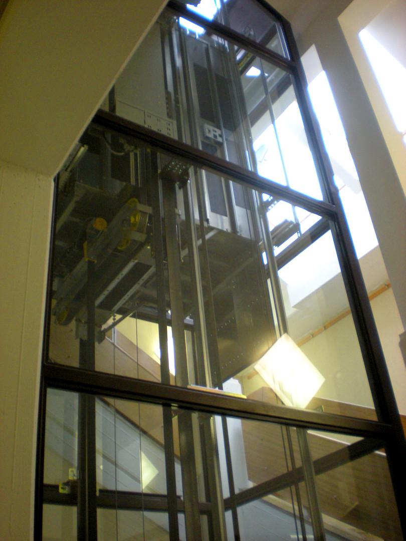 Hauptschule Mistelbach Lift 02.JPG