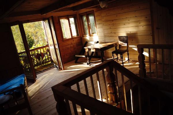 wnętrze drewnianego domu.jpg