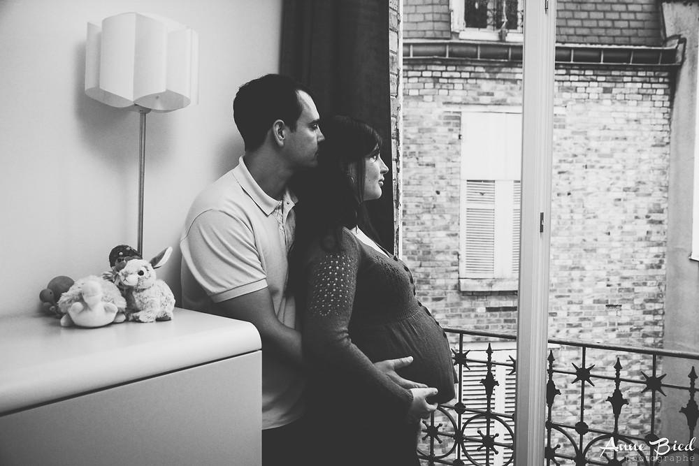séance photo grossesse à la maison  - anne bied - photographe grossesse lifestyle paris - photographe grossesse lifestyle yvelines - photographe grossesse lifestyle essonne