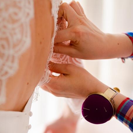 Créatrice de robe de mariée sur-mesure : reportage dans les coulisses de Mariane Carême
