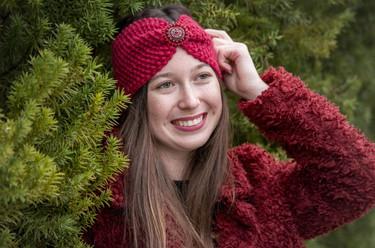 Stirnband in rot mit Schmuck in grau/rot