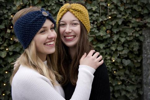 Stirnbänder in dunkelblau und senf mit passendem Schmuck