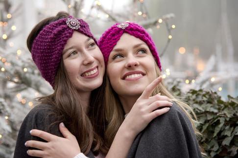 Stirnbänder in bordeuax und pink mit passendem Schmuck
