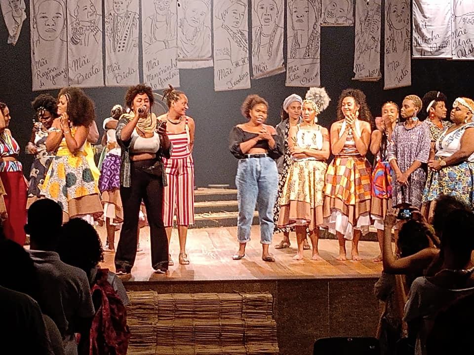 """Na pré-estreia de """"Yabá: mulheres negras"""" no teatro Sesi Firjan no RJ, ao lado de elenco e direção."""