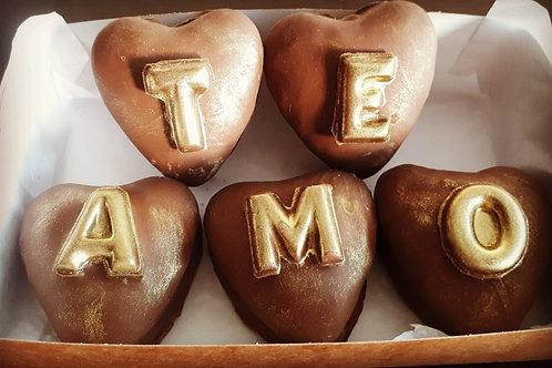 5 pães de mel recheados com doce de leite decorados com letras de chocolate