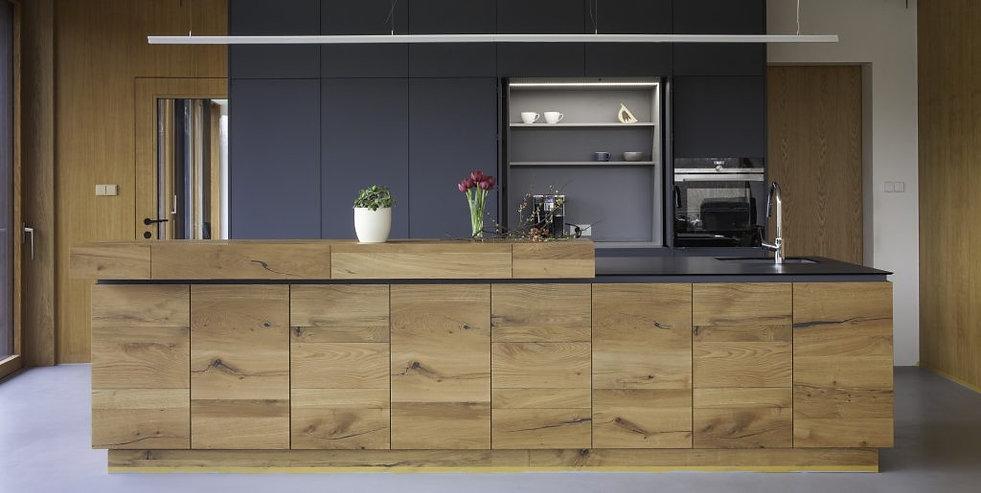 kuchyn-se-zasouvacimi-panely2-1024x515.j