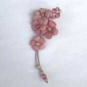 満開の桜のひと枝を胸に。 短い盛りを名残惜しんでください。  微妙に違う桜色の花と 同色に染めたウッドビーズの 優しい色に合わせて、 枝に見立てた細い牛紐も 薄茶のものを使用しました。   【サイズ】タテ12.0cm×ハバ5.0cm 【重 さ】6.0g 【使用材料】成牛0.8mm、    牛紐1mm、ウッドビーズ、他