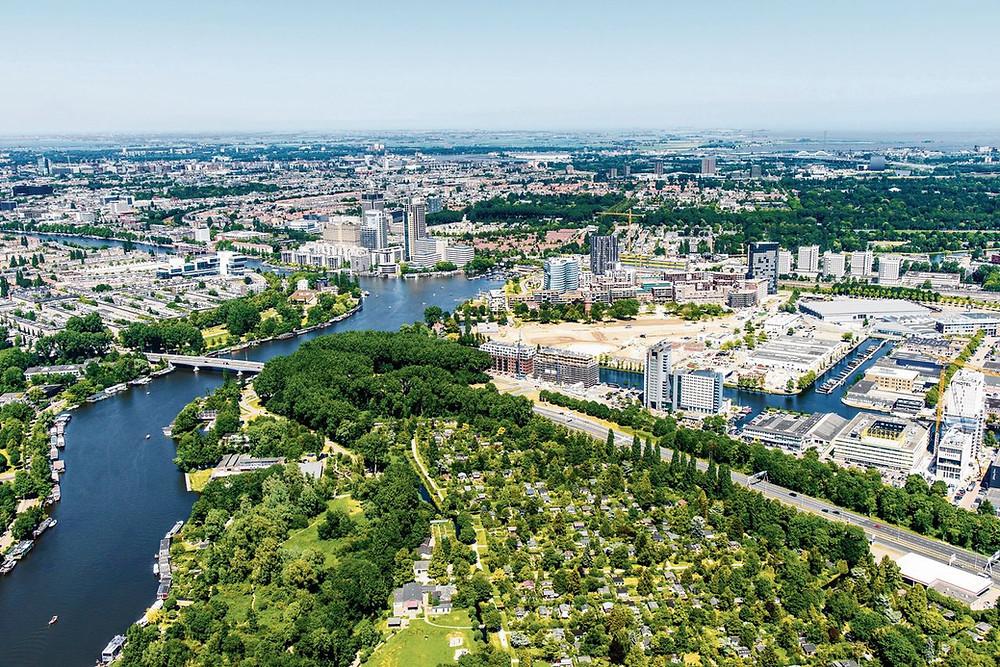 Amstelscheg, met rechtsonder volkstuincomplex Amstelglorie Foto Siebe Swart