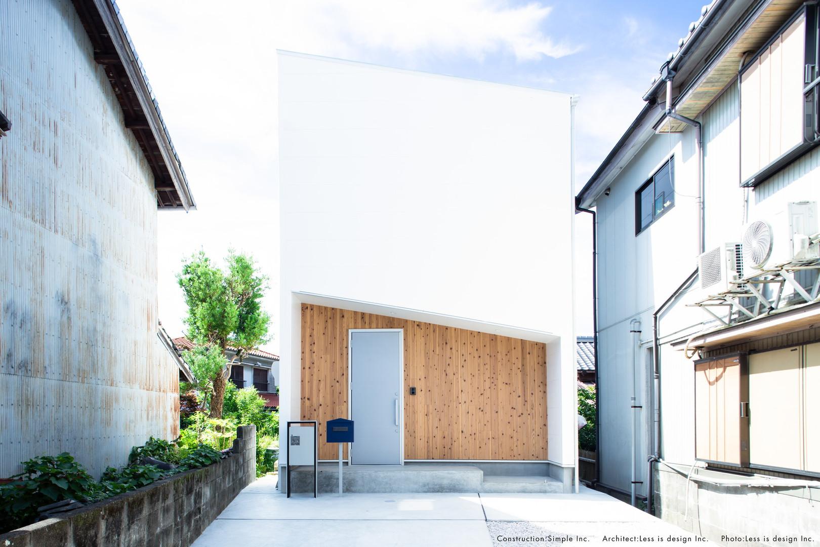太陽が似合う白と木の家