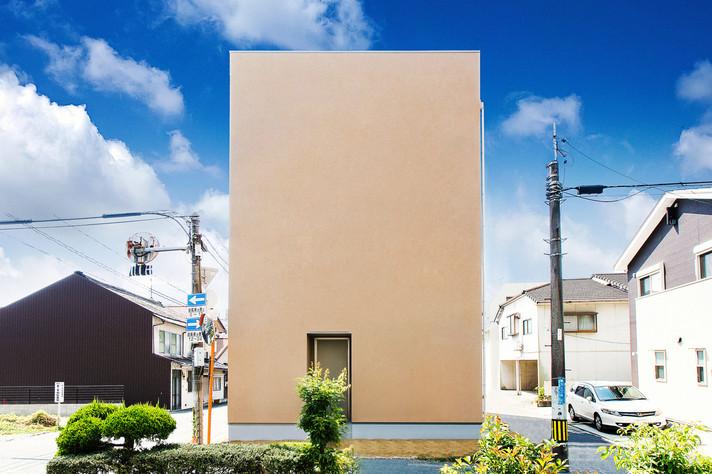 そびえ立つ姿がアート作品のような家