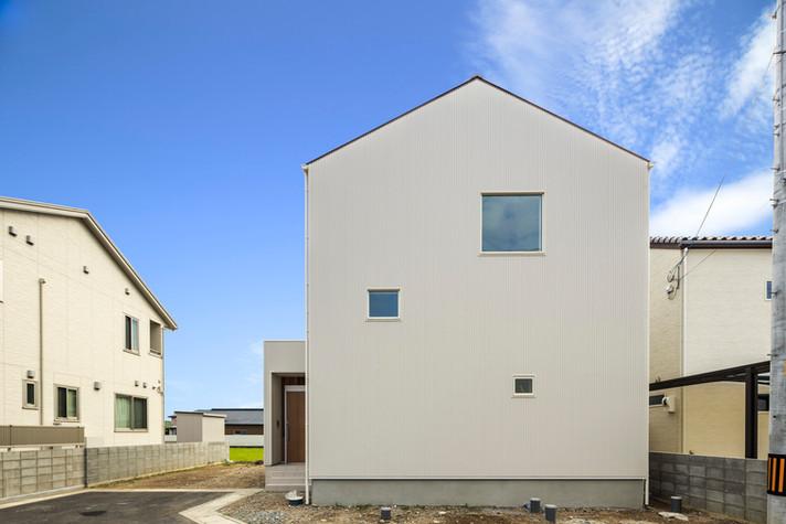 青空に映える真っ白な家