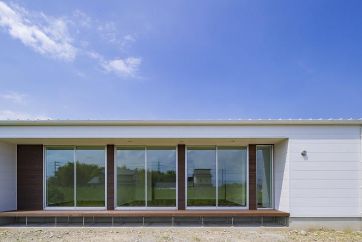 フラットな屋根のスタイリッシュな家