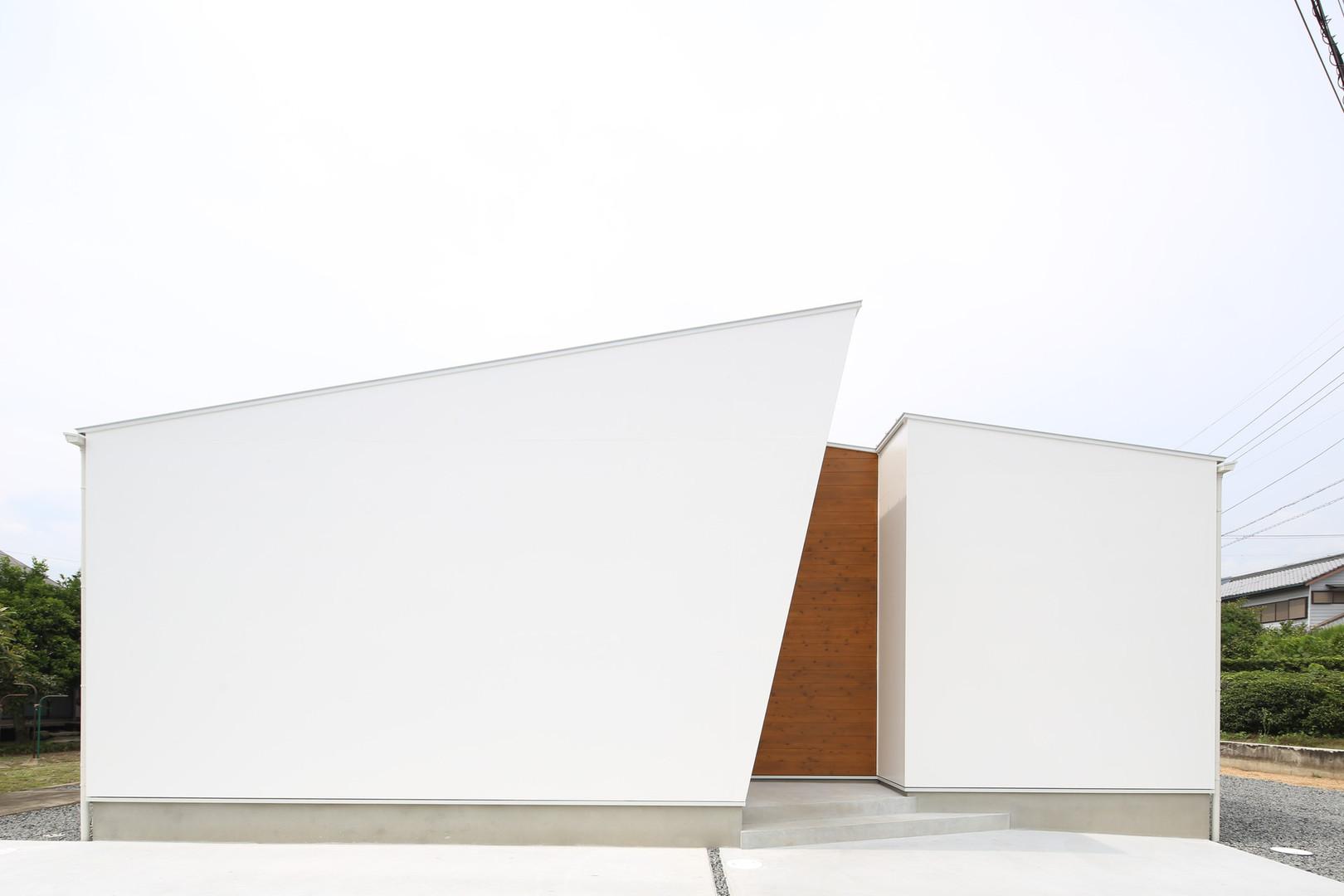 エッジの効いた白い外観の家