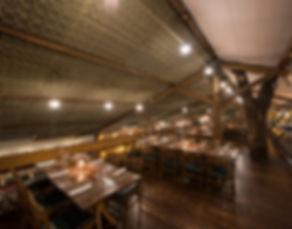Mezanino, espaço com mesas e cadeiras para jantar