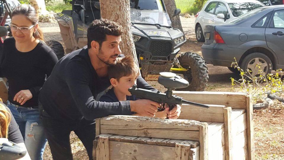 שלומי קוריאט והילד מתאמנים במטווח פי