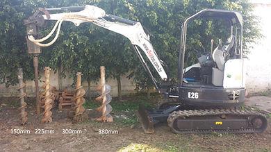 Perfura Estacas com até 3 metros - Mini retro escavadeira Bobcat