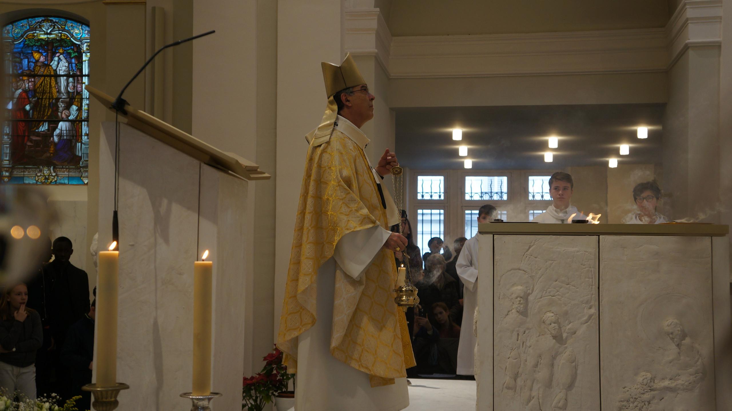 DSC00063 Mgr Aupetit encence l'autel (2)