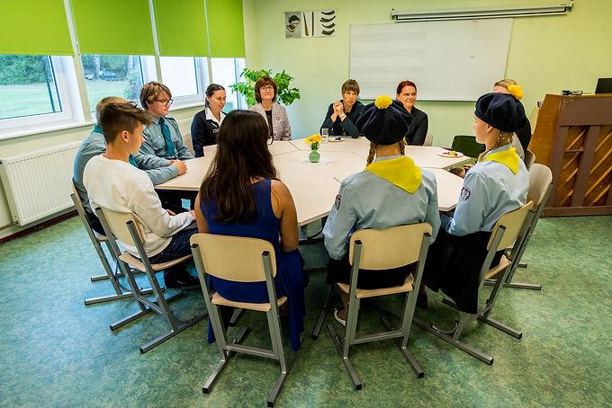 President õpilastega kohtumas.jpg