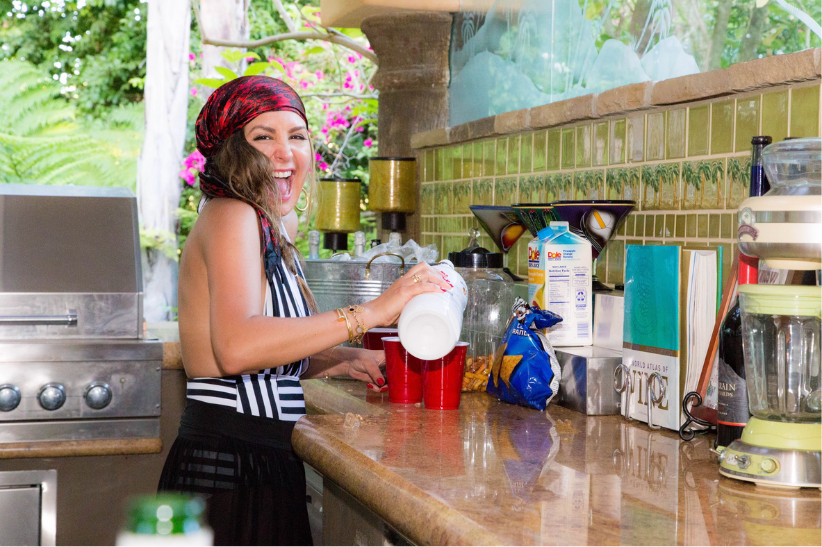 PIrate babe pouring drinks.png