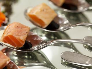 Dadinhos de Salmão com creme de wasabi e redução teriaki