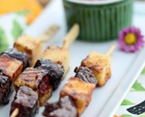 Espetinho de carne e coalho com geleia de pimenta