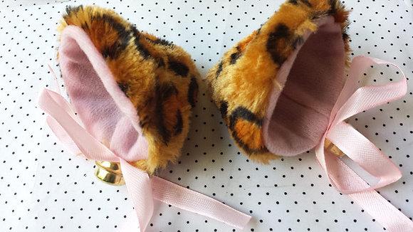 Oreilles de chat léopards à clochettes