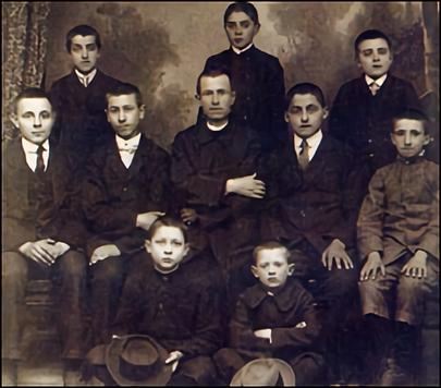 4 D. Alberione con los primeros muchacho