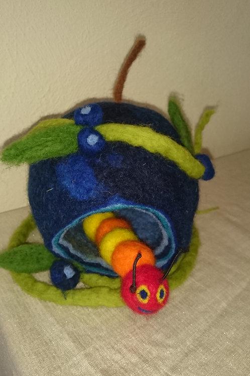 kleines Blaubeerhaus mit Raupe oder Maus