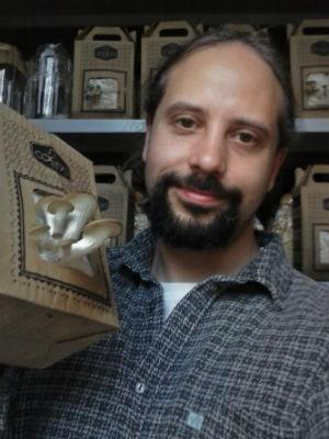 Francisco Vítola estuda cogumelos há dez anos e há três meses montou a empresa para vender o produto em caixas de papelão (Foto:Francisco Vítola/  Arquivo pessoal)