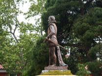 Estatua de Cervantes en la Plaza de la Universidad.