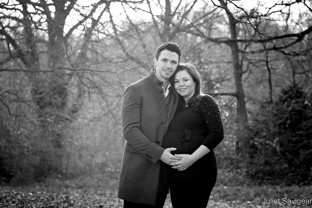 Winter pregnancy photography in the woods