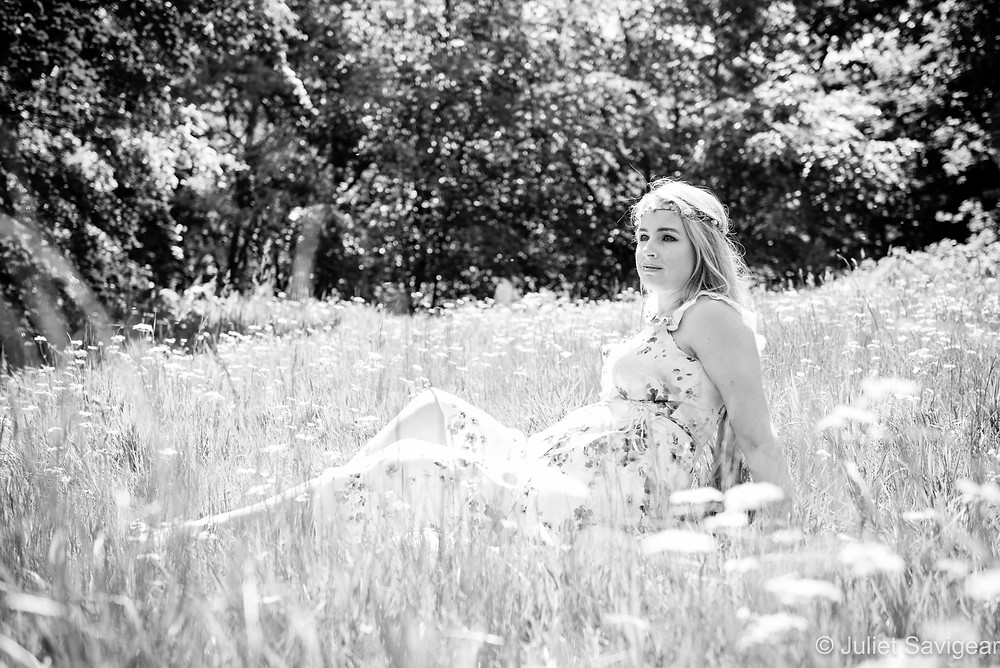 Pregnancy photography in the meadow