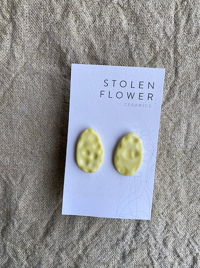 Skimming Stone Stud - Matte Daffodil