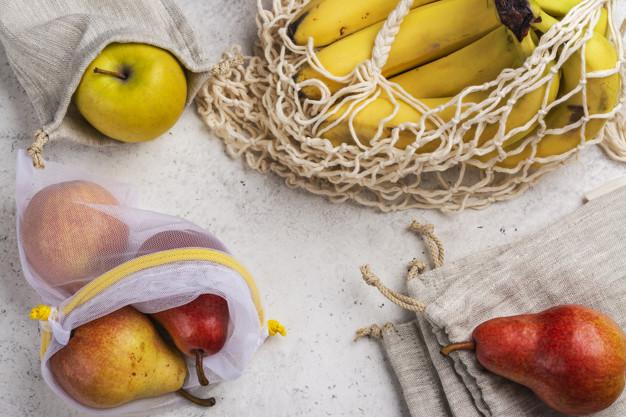 frutas-frescas-em-um-eco-amigavel-sacos_