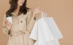mulher-morena-com-sacolas-de-compras-e-c
