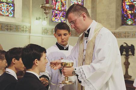 élève recevant la sainte communion