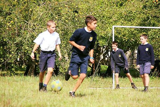 collégiens jouant au football INTERNAT P