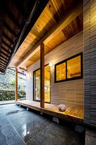 天然素材のままの木材を使った縁側のある家(八幡浜市)