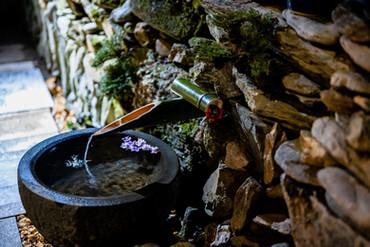 自然の山水を利用した流水オブジェ