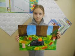 Аня и ее ёжик на полянке.