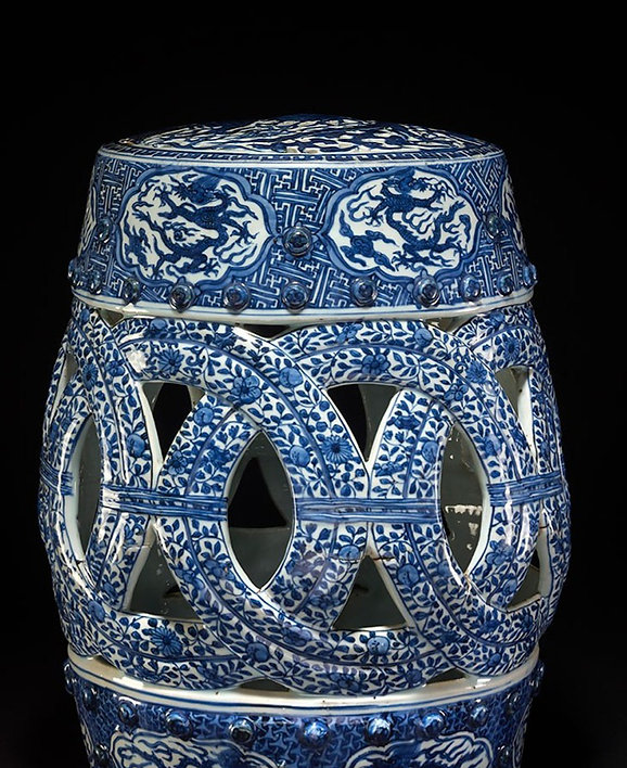 The Picture shows a barrel shaped Ming Emperor Seat in the typical white and blue color. The seat, part of a garden set, is barrel-shaped with depictions of dragons in the upper and lower frame. the five-clawed dragon is in the Chinese tradition, a symbol of the imperial house. This Object features in one of the Exhibiton, click on the Discover link to find out more.