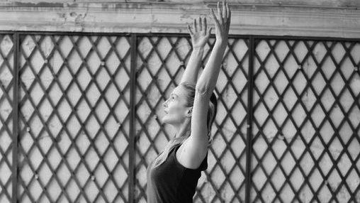 Sharon_sharonyogaparis_racines_postures_