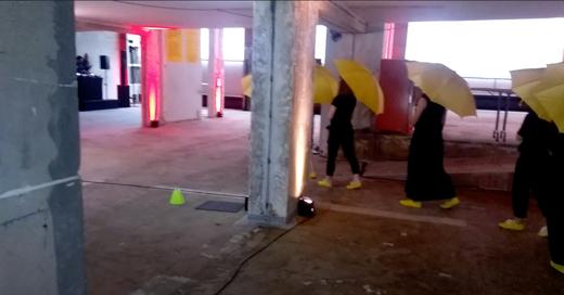 REENACT  —The Yellow Umbrella, An Unfinished Conversation— De l'artiste Chun Hua Catherine Dong