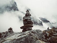 Steine übereinander gestapelt - Stone Balance - meditive und spirituelle Arbeit zur vorbereitung für die ausbildung zum Schamane
