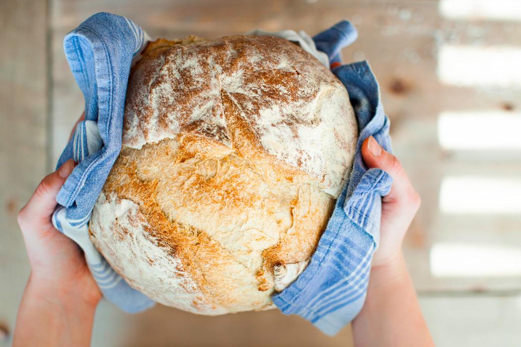 Foodfotografie-Brot-in-den-haenden.jpg