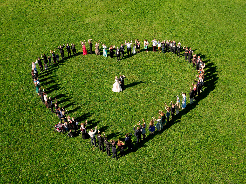 Luftaufnahme Brautpaar umrahmt von einem Herz