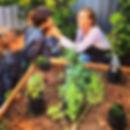 en ombú los niños aprenden a cultivar la tierra, a hacer compost y aí comprender de donde vienen los alimentos, y como debemo cuidar nuestro planeta.